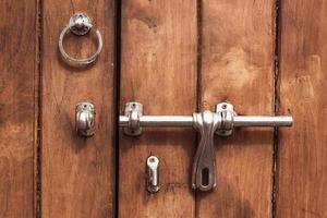 Primer plano de la puerta de madera marrón vintage