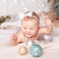niña feliz con bolas de navidad foto