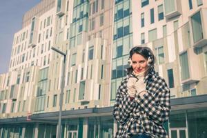hermosa joven morena posando en las calles de la ciudad foto