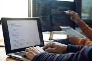 reunión de programador de desarrollo entre dos profesionales