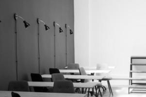 Fotografía en escala de grises de sillas y mesas.