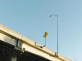 un letrero de la calle y un poste de luz