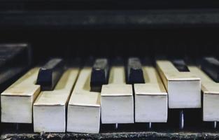 close up de teclas de piano quebradas