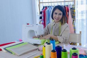 mujer diseñador de moda cosiendo ropa