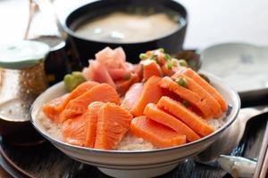sashimi de salmón y huevas de salmón foto