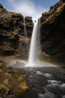 arcoiris en el fondo de una cascada