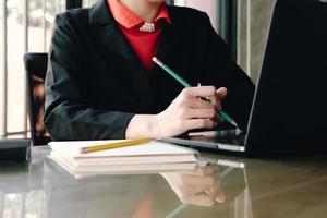 persona de negocios trabajando en computadora
