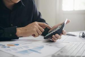 primer plano de los costos de cálculo profesional