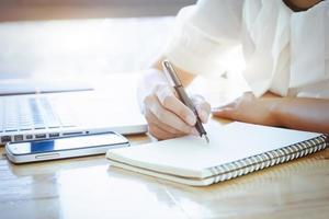 primer plano, de, mujer, escribir notas foto