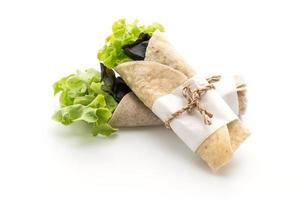 Envolturas de ensalada sobre fondo blanco.