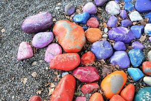 guijarros de colores en la playa foto