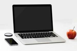 ordinateur portable et téléphone sur table photo