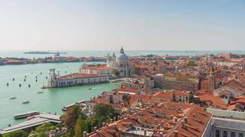 Italia giornata di sole campanile santa maria della salute basilica punto di vista panorama 4K lasso di tempo venezia