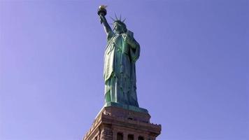 statua della libertà e persone alla base 4k