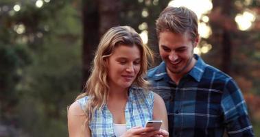 casal sorridente tirando fotos juntos