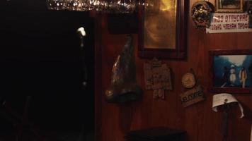 scrubwoman in guanti con mop accendere la musica nel club vuoto al bar stand