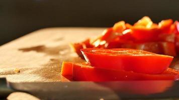 tagliare il peperone rosso con il coltello