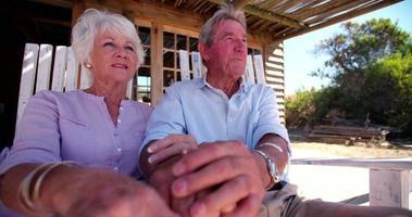 casal de idosos aposentados relaxando juntos em um dia de verão
