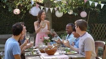 Freunde machen einen Toast auf Outdoor-Gartenparty