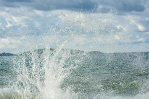 olas del mar salpicando foto