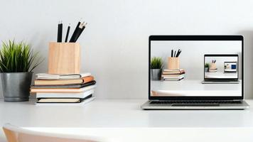 ordinateur portable sur table blanche photo