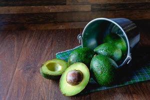 fruta de aguacate cortado por la mitad