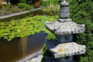 linterna de piedra en un parque foto