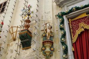 Detalles de la fachada de una iglesia en Malta