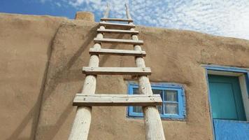 escada de madeira contra prédio de adobe video