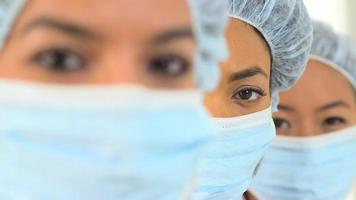primo piano di uno scienziato afroamericano femminile
