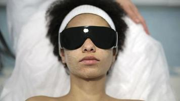 mulher afro-americana tem procedimento de clareamento facial