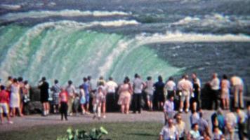 1965: folla che osserva i livelli di inondazione alle cascate del niagara.