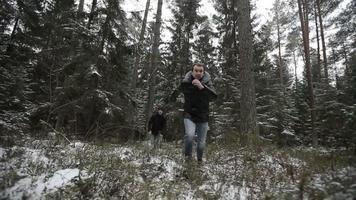 Zwei Männer rennen durch den Wald. Zeitlupe