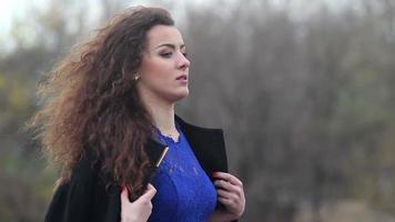 Señora bonita triste que se congela afuera, viento frío de otoño, soledad video