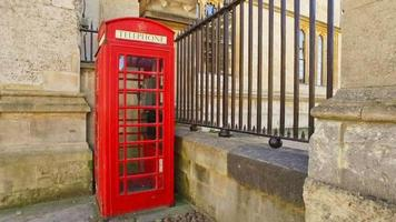 Panorámica de una vieja cabina telefónica roja
