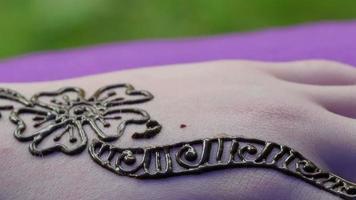 dessin de conception utilisant un tatouage au henné video