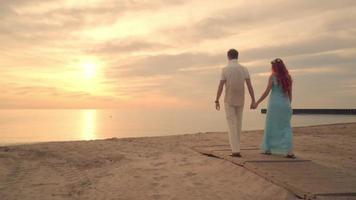 praia de casal romântico. praia do casal. casal caminhando na praia. conceito de amor