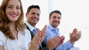 uomini d'affari che applaudono