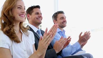 empresários batendo palmas