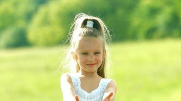 garota sorridente. video