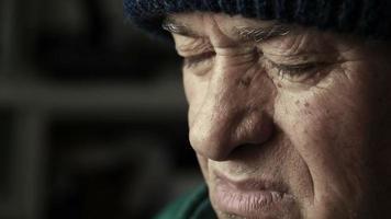 vieil homme déprimé et réfléchi