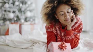 nachdenkliche junge Frau mit einem Weihnachtsgeschenk video