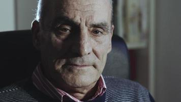 anciano: hombre deprimido y solitario sentado pensativo
