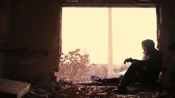 uomo triste tristezza solitaria perso concetto abbandonato hd video