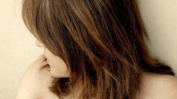 hermoso retrato de niña triste: soledad, tristeza, reflexivo, problemas