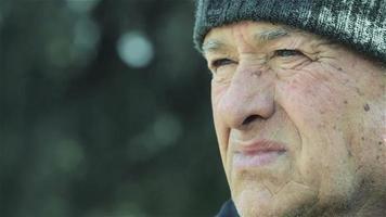 nachdenklicher alter Mann tief in seinen Gedanken: traurig, traurig, einsam