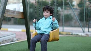 trauriger kleiner Junge