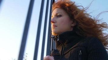 mulher deprimida, solitária e triste: liberdade, tristeza, fuga, distância video