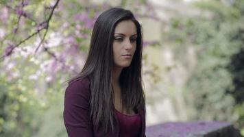 menina muito triste em um parque: depressão, tristeza, perturbada, olhando video