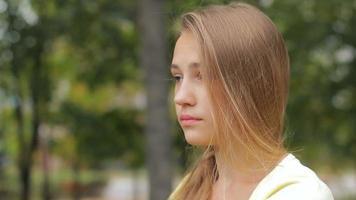 Jovencita triste cara de malestar retrato exterior, tristeza y depresión video
